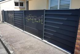 Panneau brise vue aluminium Alujour persienné personnalisation Labyrinthe