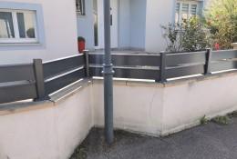 Clôture de jardin en alu Alujour, version Ajourée sur muret, entre piliers béton existants