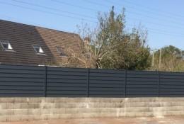 Clôture aluminium Alujour gris pose sur muret