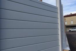 Brise vue aluminium ALULAM pose en escalier avec couvertines.