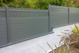 Cloture aluminium en panneau brise vue gris.