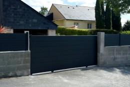 Portail coulissant aluminium Aluline plein RAL 7016 entre piliers existants & clôture de jardin alu Alulam