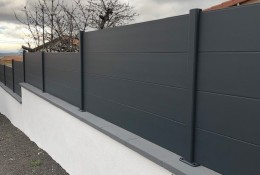 Clôture aluminium Alumax gris RAL 7016, pose en redan et sur couvertine béton