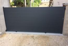 Portail aluminium coulissant ALULINE coloris gris.