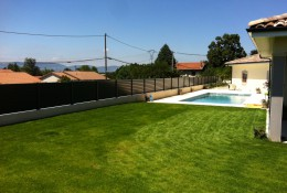 Brise vue jardin en aluminium laqué gris avec piscine.