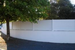 Cloture claustra aluclin en panneau aluminium blanc.