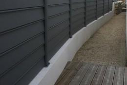 Panneau brise vue aluminium Alujour persienné ou semi-ajouré, gris clair RAL 7037