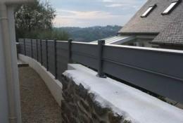 Panneau brise vue aluminium Alujour persienné ou semi-ajouré, gris clair RAL 7037 pose avec un redan