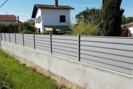 Panneau brise vue aluminium Alujour persienne gris clair RAL 7037 sur muret