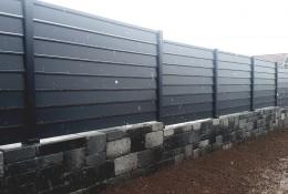 Clôture jardin aluminium Alujour persienne gris anthracite RAL 7016 sur muret avec redan