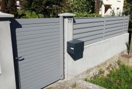 Portillon aluminium Alulam entre piliers béton existants & clôture alu Alujour, version persiennée coloris gris clair RAL 7037