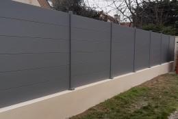Clôture aluminium Alumax gris clair Ral 7037 poteaux sur platines