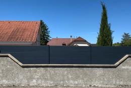 Clôture aluminium Alumax gris RAL 7016, pose en pente, platine invisible