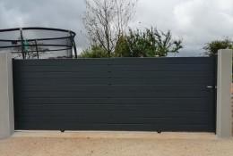 Portail coulissant alu Alu.line, modèle semi-ajouré, entre piliers béton existants, coloris gris anthracite RAL 7016