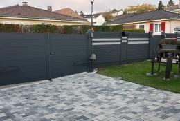 Portail battant Aluline motorisable remplissage plein gris 7016 clôture de jardin alu Alulam 2 lames gris argent 9006