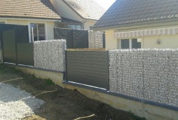 Cloture jardin en panneau aluminium et gabion.