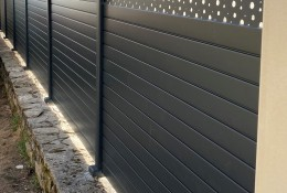 Clôture de jardin en alu Alulam décor lame Bulle gris RAL 7016, pose sur mur en pierre