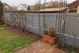 Clôture de jardin en alu Alulam gros clair poussière RAL 7037 avec lame décorative modèle Bâton