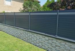 Clôture de jardin en alu Alulam gris anthracite RAL 7016 & gris clair RAL 7037, pose sur couvertine aluminium, poteaux sur platines