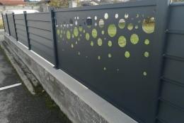 Panneau brise vue aluminium Alujour persienné, personnalisation panneau découpe laser modèle Bulle