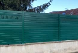 Clôture de jardin en alu Alulam finition lame décor Baton coloris vert RAL 6005 sur muret