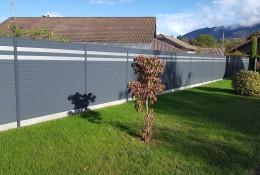 Clôture jardin en aluminium gris avec lames argent.