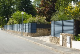 Barrière de jardin en panneau aluminium aluclin gris.