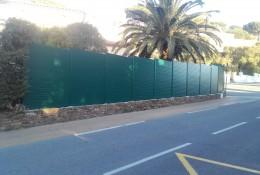 Cloture aluminium en brise vue jardin vert.