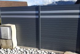 Claustra aluminium gris avec lames imitation inox.