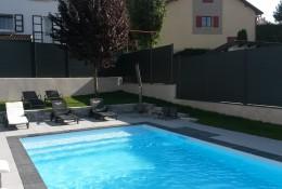 Clôture jardin de la gamme Alulam en pourtour de piscine.
