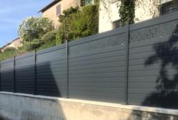 Clôture aluminium Alulam personnalisée avec la lame décor bulle coloris gris anthracite RAL 7016