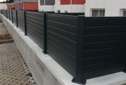 Clôture de jardin en alu Alulam gris Ral 7016 pose sur couvertine béton et angle droit 90°