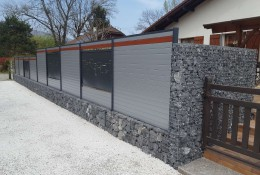 Cloture de jardin en aluminium et gabion.