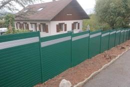 Clôture de jardin en alu Alulam coloris vert RAL 6005, insertion 2 lames décor coloris gris argenté RAL 9006, poteaux à asceller